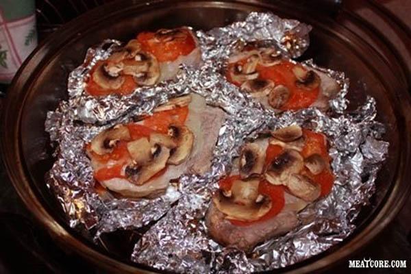 Мясо с помидором и сыром в фольге в духовке — 3