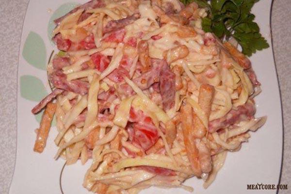 салаты с капустой и колбасой