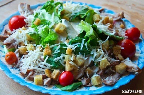 салат с курицей и сухариками и помидорами черри