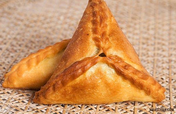 пирожки с картошкой и мясом из слоеного теста