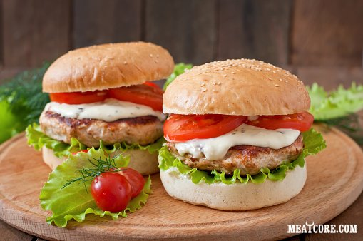 Домашнее блюдо бургер с курицей